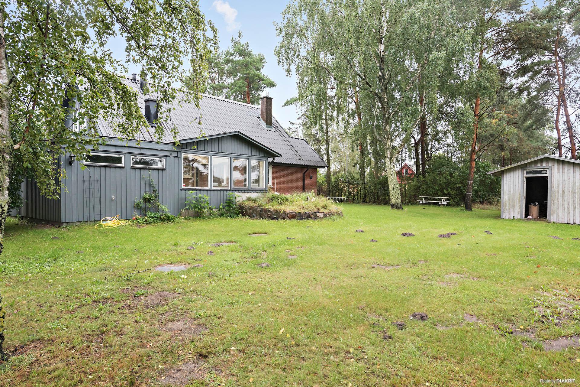 Härlig baksida av huset, helt insynsskyddat. Lummigt och grönt. Vedbod samt extra förråd.