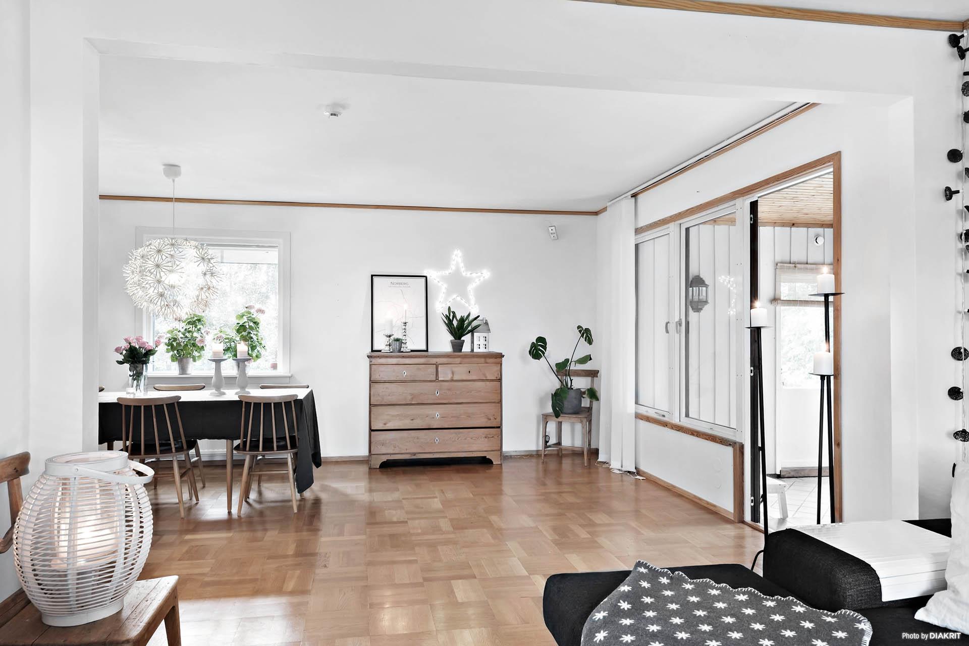 Härligt vardagsrum med plats för både soffa och matbord.