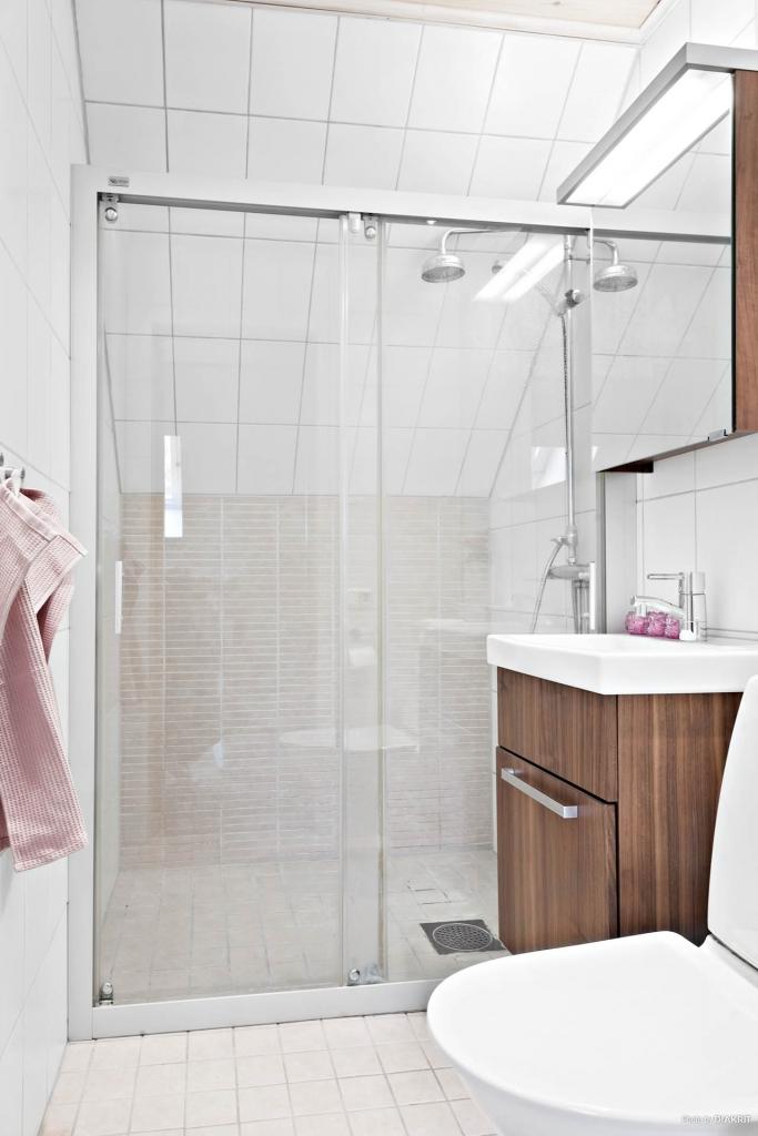 Badrum med dusch, kakel och klinker med värmegolv (el)