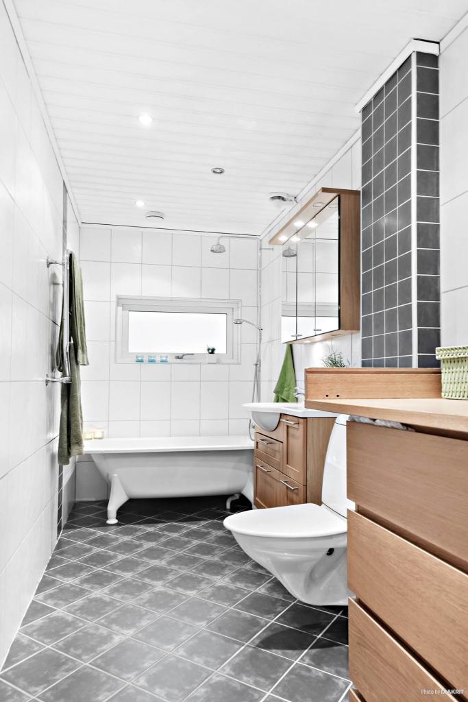 Badrum med badkar, kakel och klinker med värme i golvet (el)