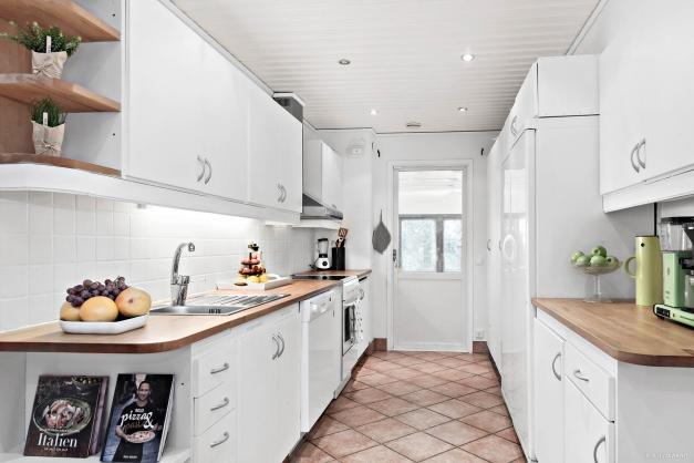 Köket med bra arbetsytor. Från köket så når man uterummet och förråd/tvättstugan samt garaget.