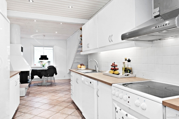 Trevligt planerat kök med bra arbetsytor. Matplatsen ligger strax intill.