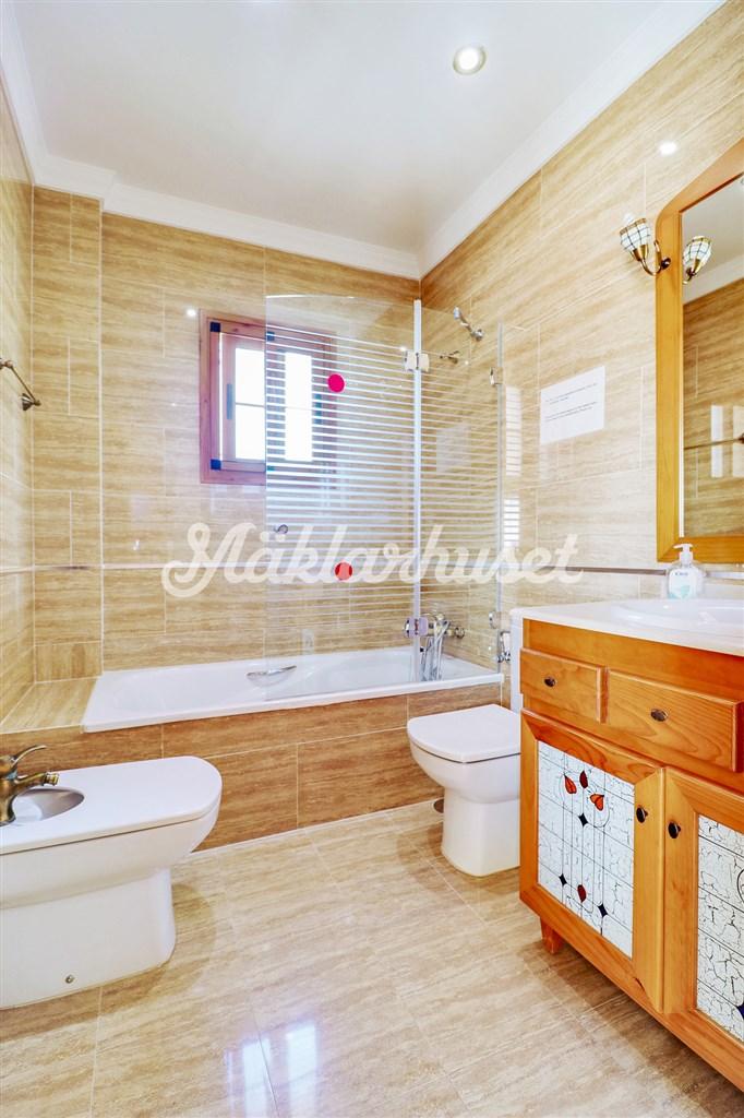 Fräscht badrum. Totalt finns 5 badrum i huset!