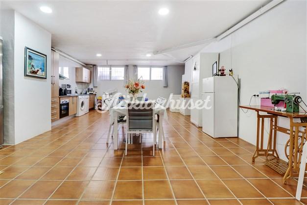 Rymligt kök med matplats i källarplan