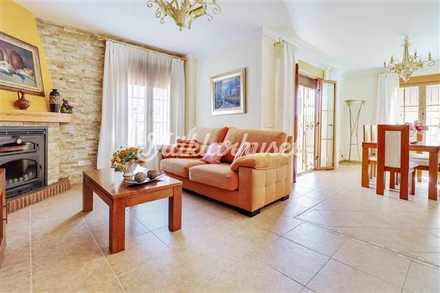 Rymligt vardagsrum med plats för både soffa och matgrupp