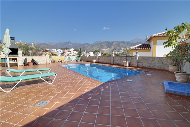 Härligt poolområde med utsikt över bergen