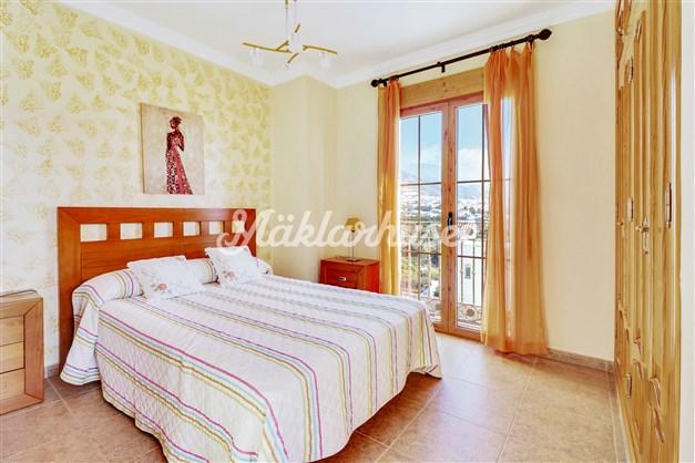 Rymligt sovrum med vacker utsikt över bergen