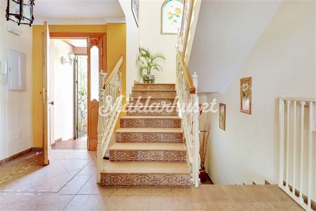 Inbjudande hall och påkostad trappa