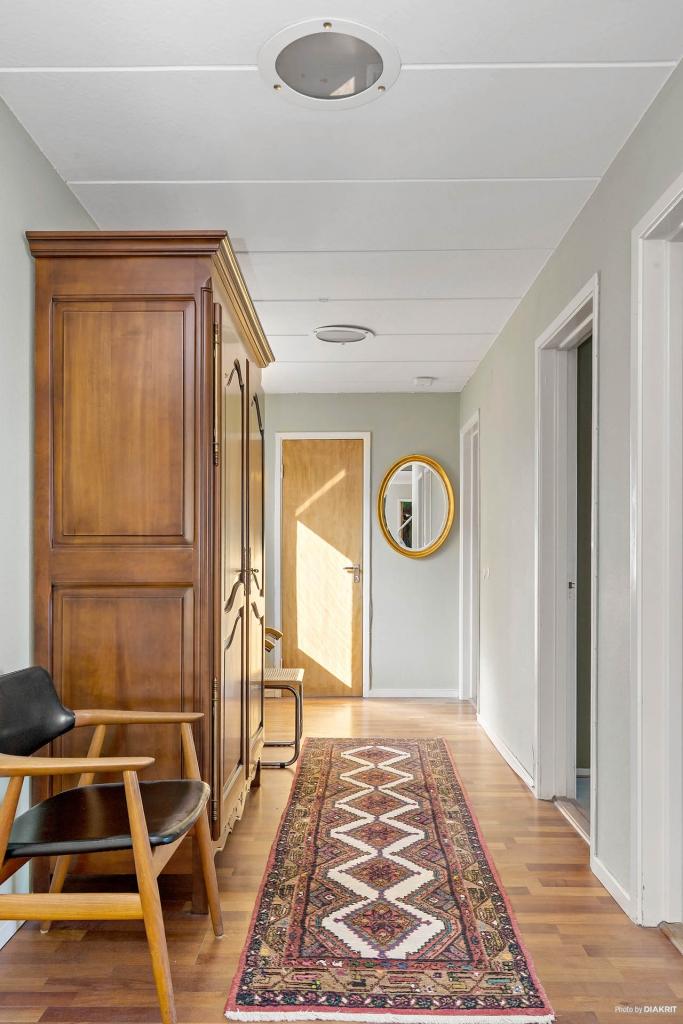 Hall med sovrum till höger och badrum längst ner.