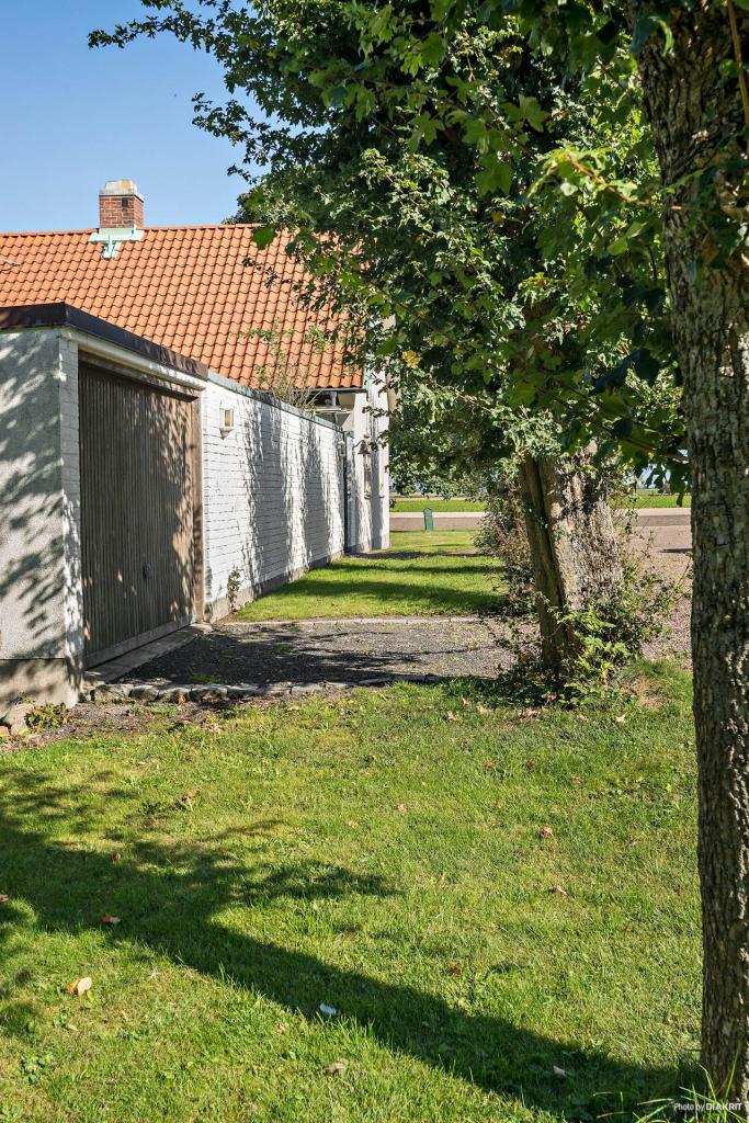 Separat garage i anslutning till villan och innergården.