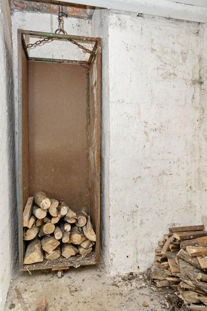 Vedhissen som fylls på nere i källare för att transporteras upp till vardagsrummet.