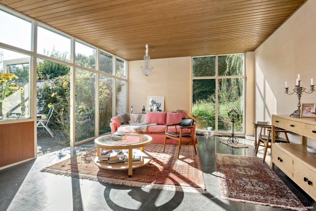 Vardagsrum med vackert golv.