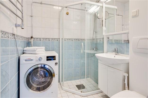 Badrum med golvvärme samt vägghängd wc stol