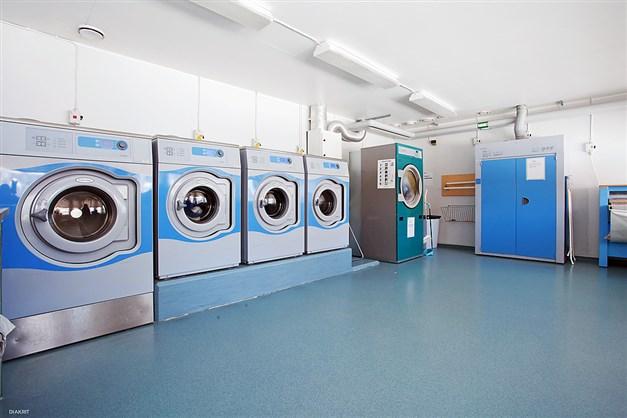 TVÄTTSTUGA - Stor ljus tvättstuga  med energisnåla maskiner och lekhörna
