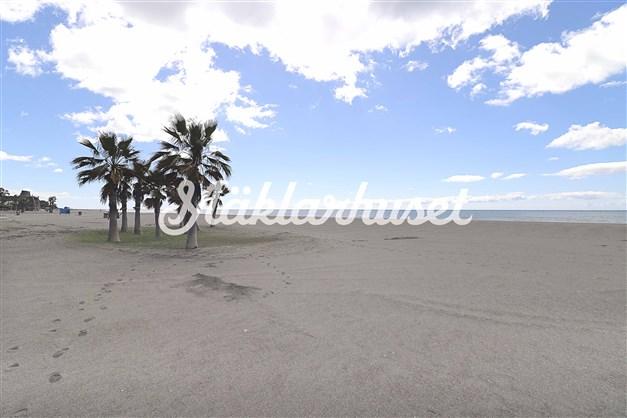 Lång bred sandstrand i Benajarafe