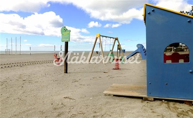 Det finns lekplats  på stranden i Benajarafe