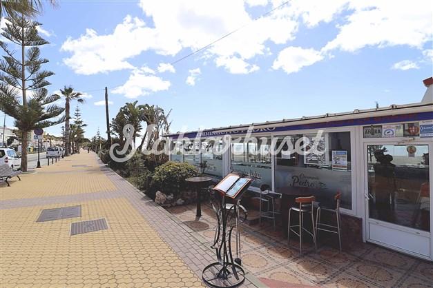 Det finns flera mysiga restauranger längs strandpromenaden i Benajarafe