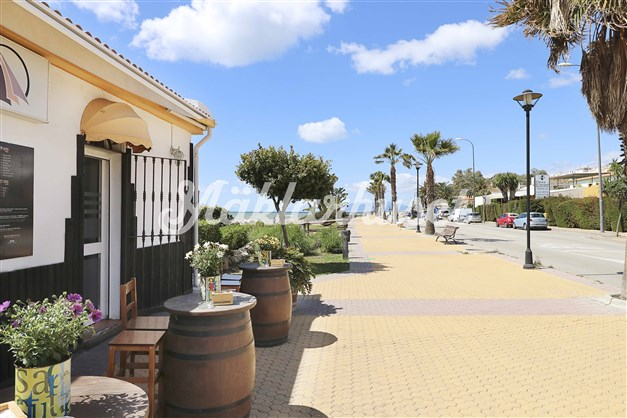 Ännu en mysig restaurang längs strandpromenaden i Benajarafe
