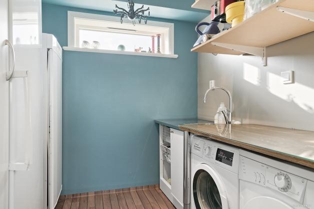 Tvättavdelning med praktisk groventré i anslutning