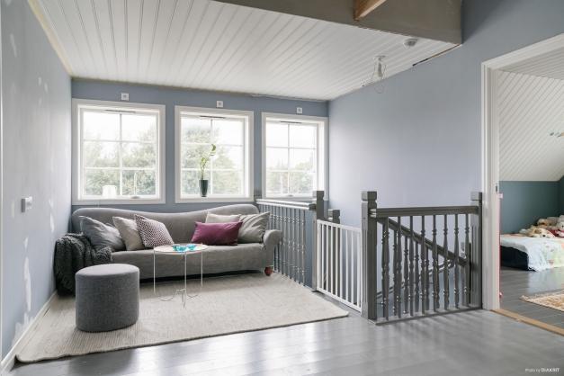 Snyggt gråmålat plankgolv på hela ovanvåningen