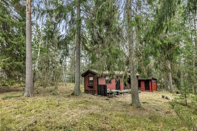 Huset på trevlig skogstomt med Länna Kyrksjö bakom