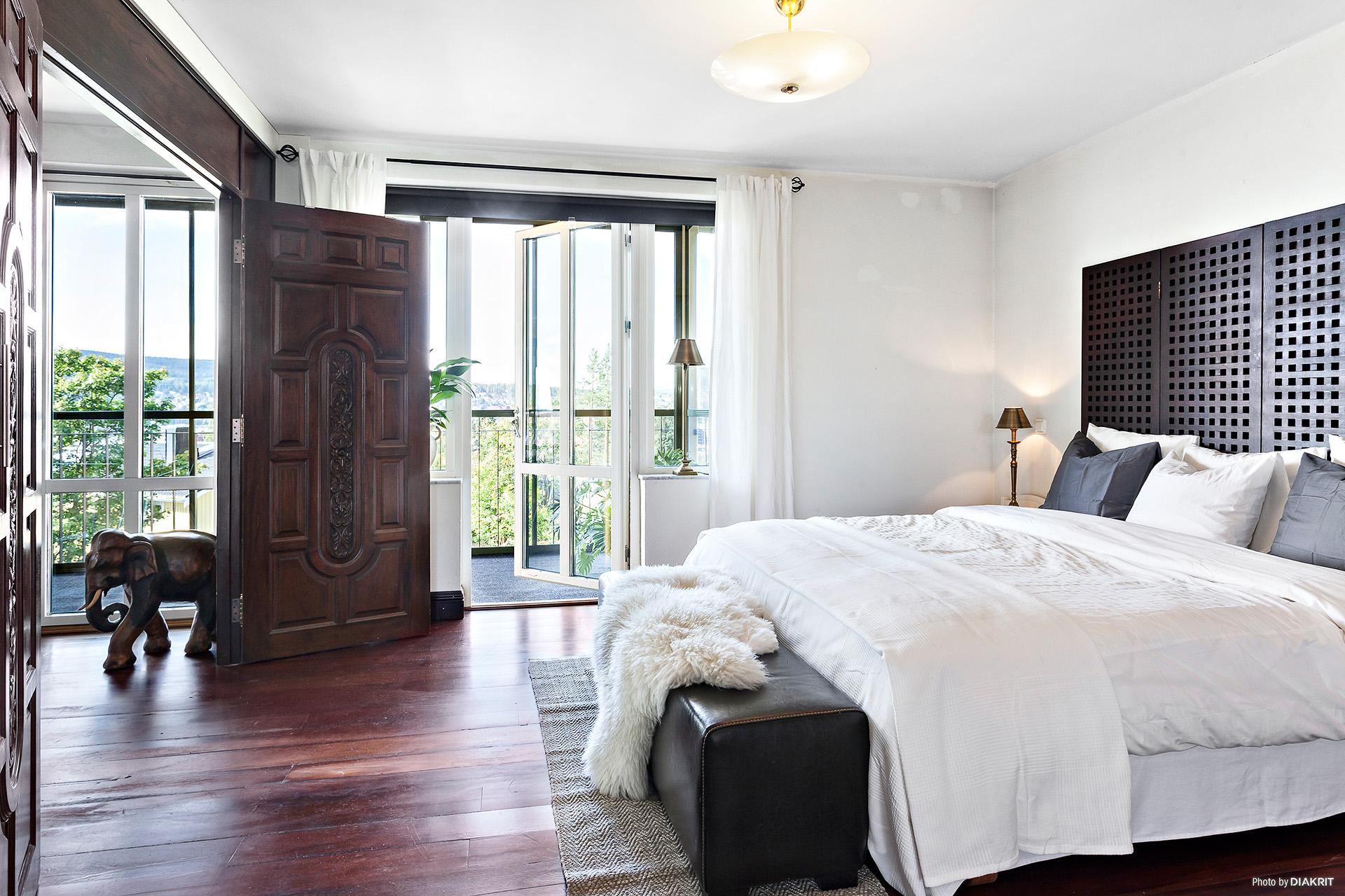 Sovrum med utgång till balkong.