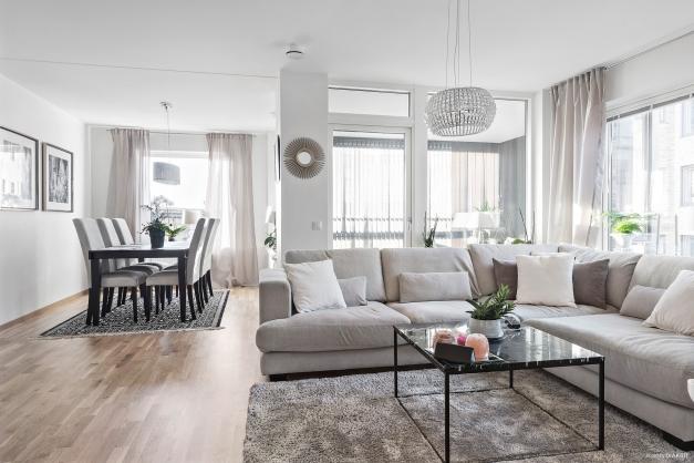 Fantastisk lägenhet med stora fönster som ger ett behagligt ljusinsläpp.