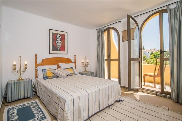 Sovrum med utgång till solig balkong