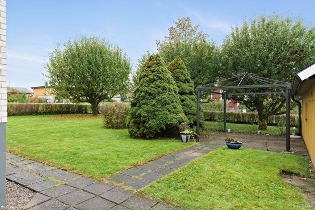 Trädgård med uteplats