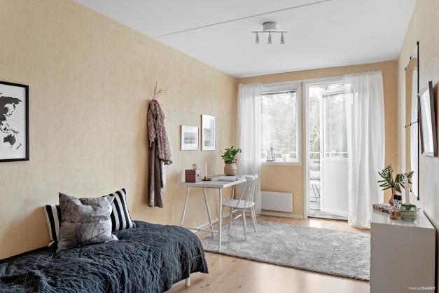 Det mindre av sovrummen har egen utgång till terrassen