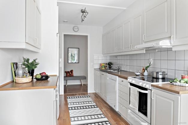 Lättarbetat kök med gott om bänkytor