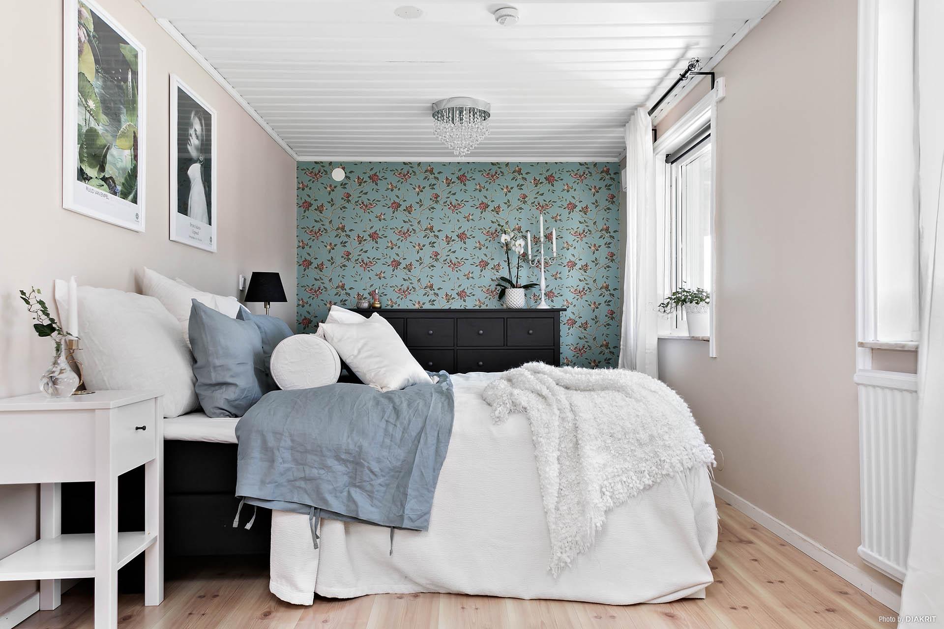 Sovrum 1 Master bedroom. Kan delas till två rum.