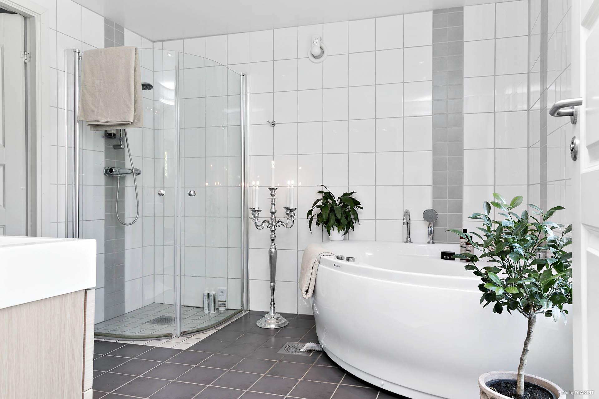 Bad/Duschrum på entréplan renoverades/inreddes 2010