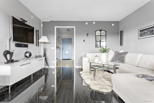 Rymligt vardagsrum med en stilren och snygg parkett från 2013.