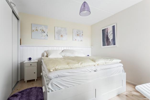Trevligt sovrum med härligt ljusinsläpp.