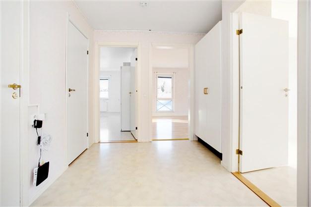 Välkommen in! Här erbjuds en ljus och fin bostadsrätt!