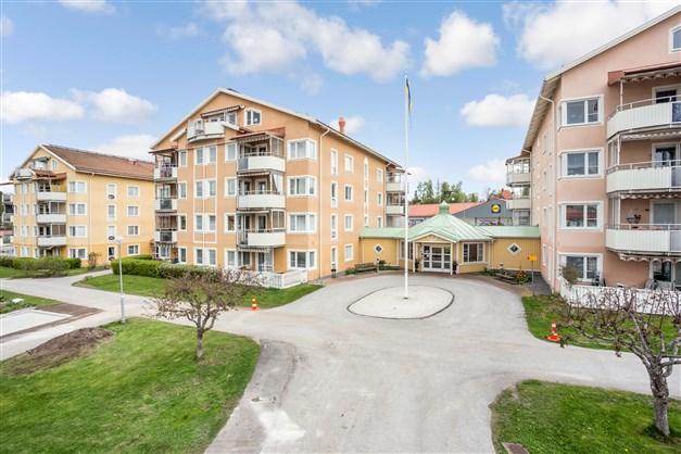 Centralt belägen bostadsrätt på 3:e våningen och med balkong i söderläge i populära Senioren!