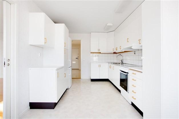 Köket är rymligt och har mycket skåp och förvaring samt skjutdörr mot vardagsrummet.
