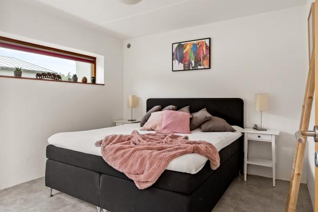 Rymligt sovrum på bottenplan med utgång till trädgården