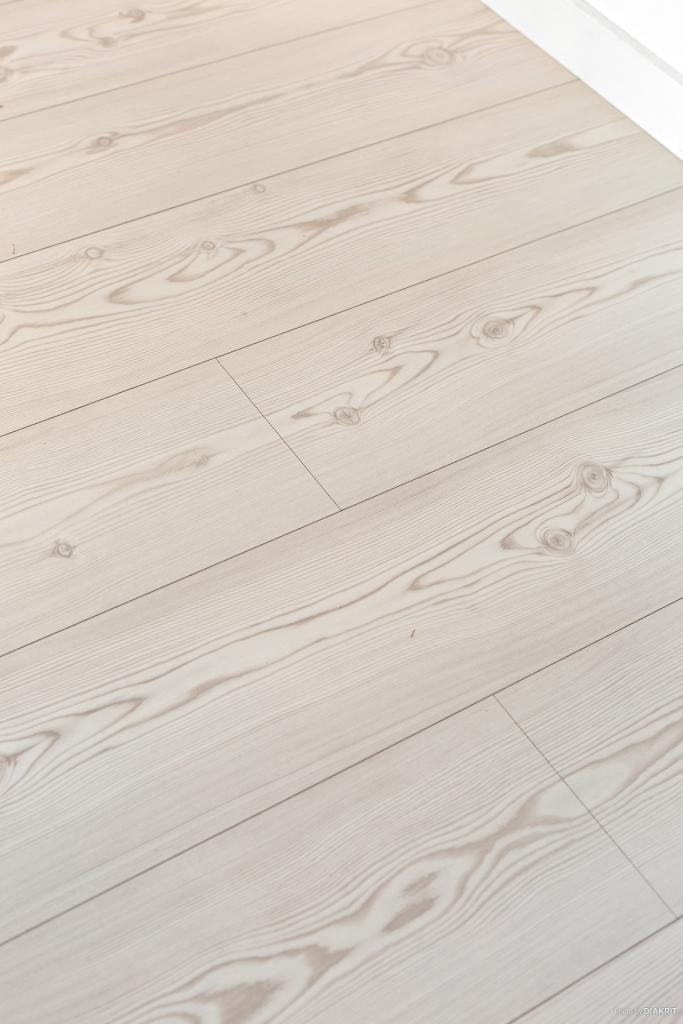 Snygga enhetliga golv i hela lägenheten.