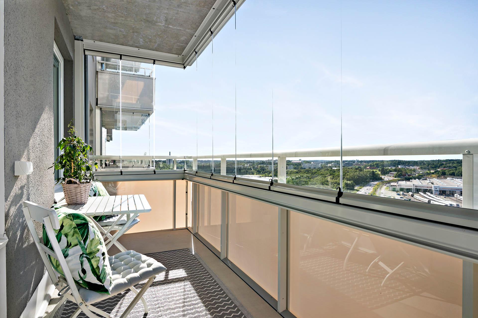 Stor inglasad balkong i högt och fritt läge