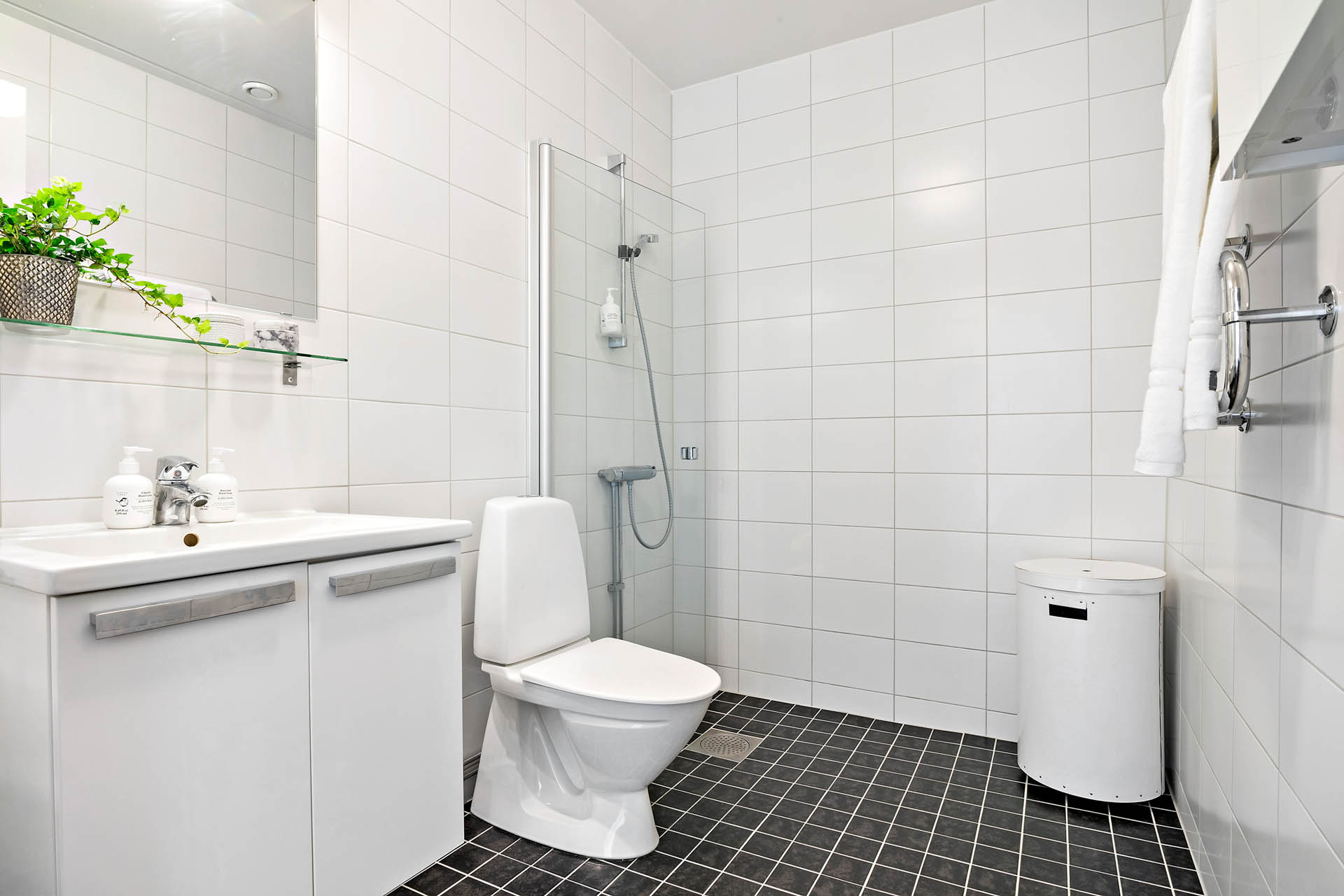 Modernt helkaklat badrum