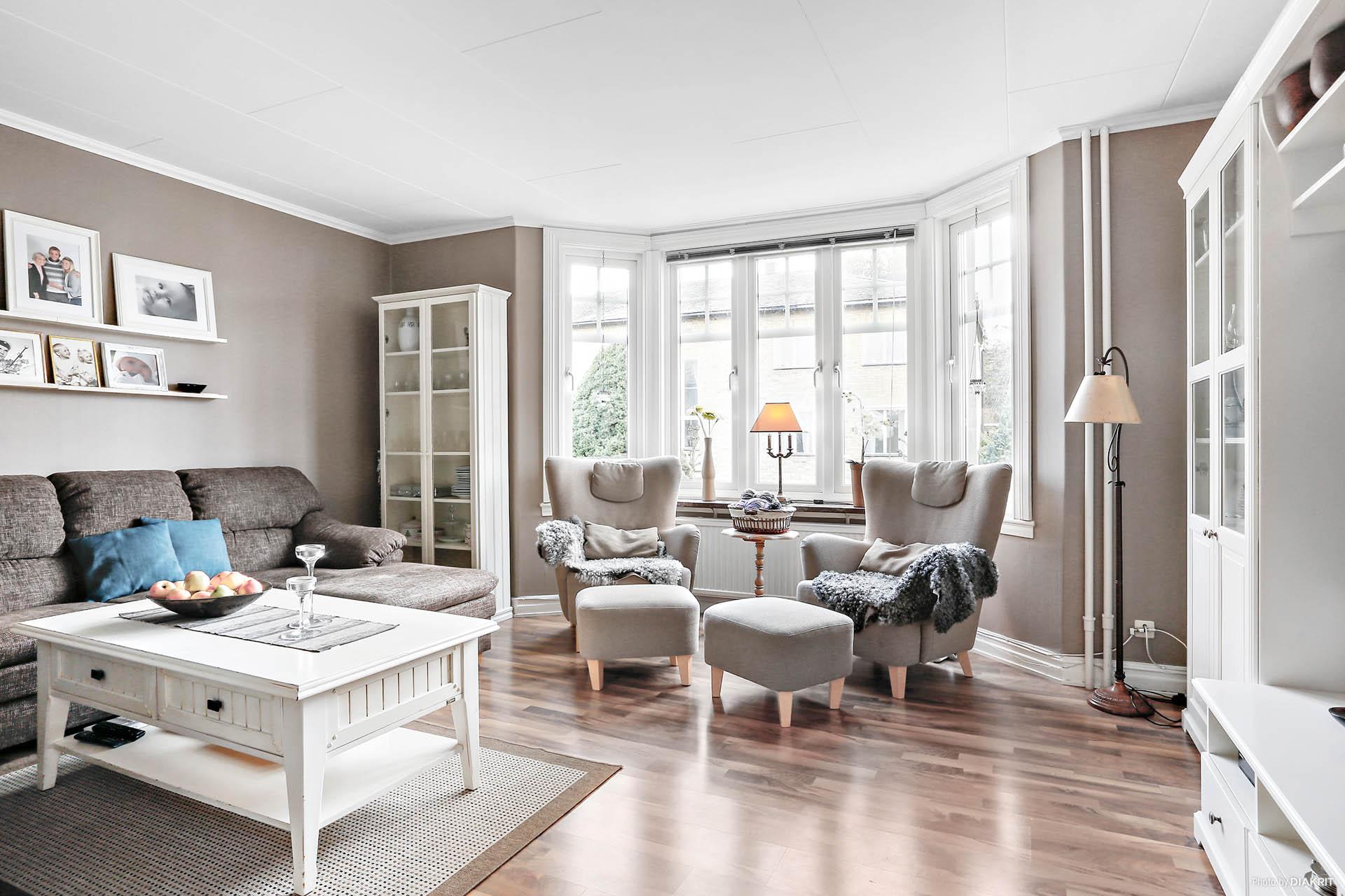 Lägenhet 1: Vardagsrum med burspråk