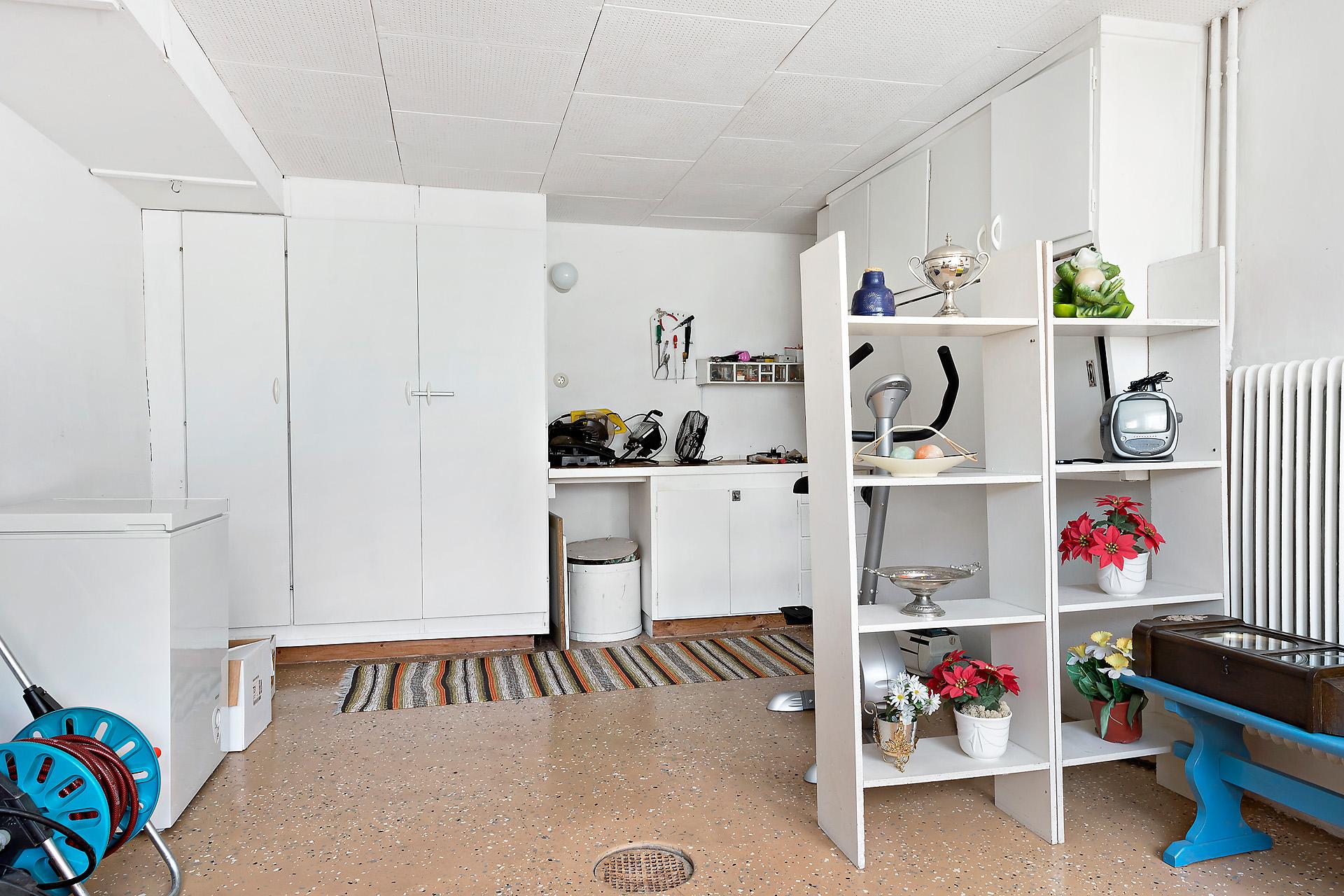 Hobbyrum (f.d. garage ) i källaren med uutgång