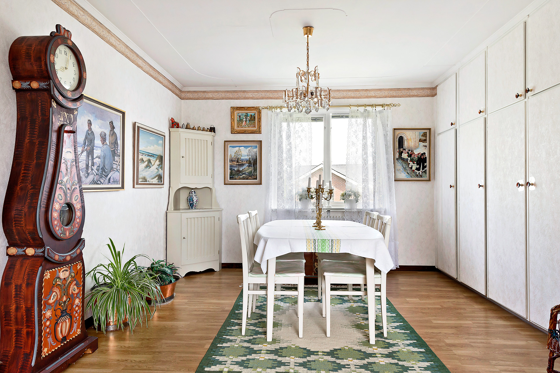 Matrum i vinkel till vardagsrummet
