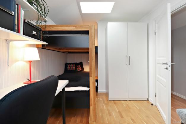Platsbygd våningssäng och skrivbord