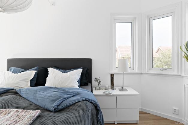 Sovrum 1 med fina fönsterljus.