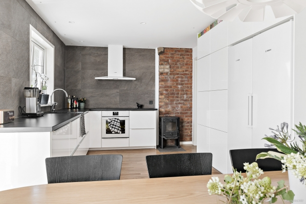 På första plan är det en lägenhet om 3 rum och kök. Köket är rymligt och har mycket ljus.