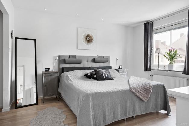 Master bedroom med generösa ytor och egen entré
