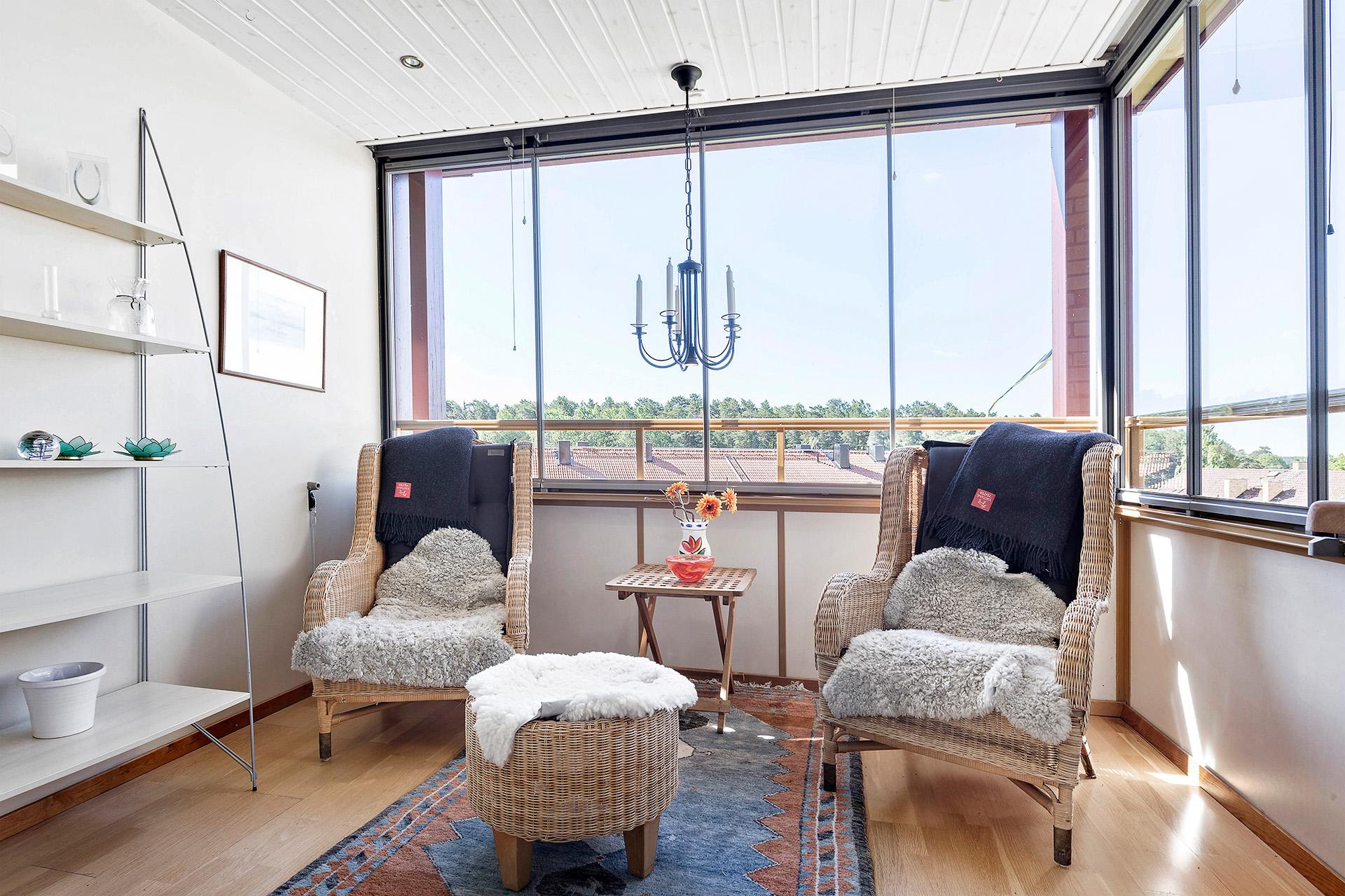 Inglasad balkong med spotlights i tak och infravärme